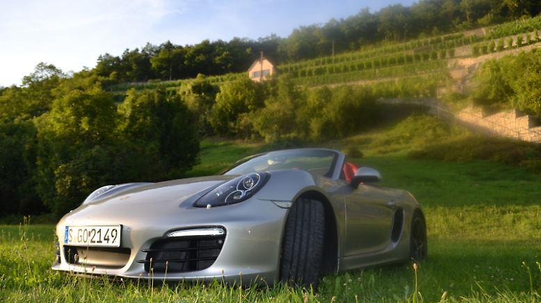 Goldener Oktober, die Weinlese ist bald abgeschlossen. Wie gut der Jahrgang 2012 wird? Noch ungewiss, aber: Die Winzer an der Saale rechnen mit einem sehr guten Tropfen. Wichtig ist uns heute: Die Sonne scheint noch einmal. Denn zum vorübergehenden, wetterbedingten Abschied-Nehmen vom Cabrio-Fahren haben wir uns zwei Wochen lang in den neuen Porsche Boxster S gesetzt.