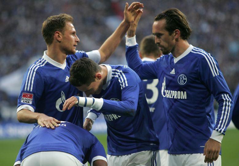 Die Schalker freuen sich über ein Schweinespiel, …