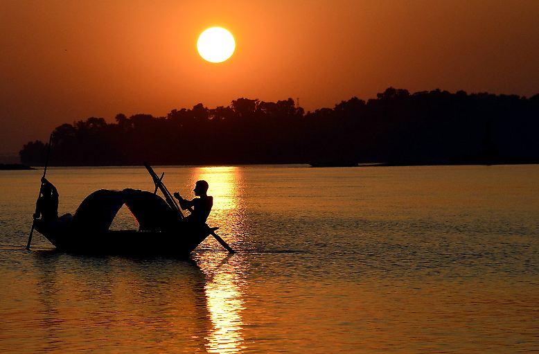 """Indien ist modern und mittelalterlich, prachtvoll und bettelarm. Ein Staat, der viele Völker und Religionen vereint und eine Fülle unterschiedlicher Landschaften zu bieten hat, mit riesigen Ausmaßen und weit über einer Milliarde Einwohner. Der Bildband """"India"""" nimmt die Herausforderung an, das Riesenland in all seinen Facetten darzustellen - hier eine Auswahl."""