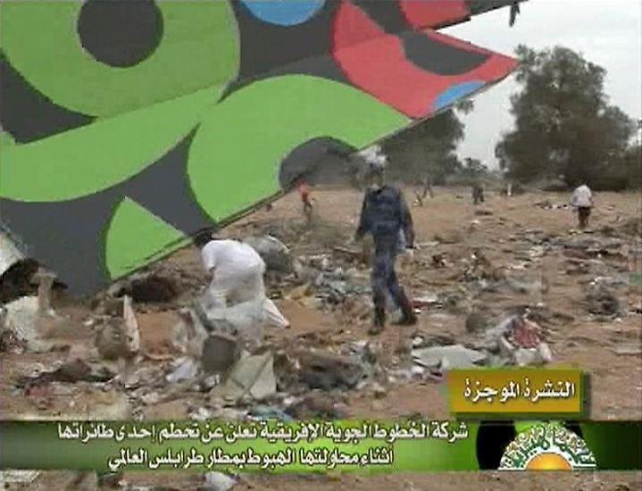 Bei einem Flugzeugabsturz am Flughafen der libyschen Hauptstadt Tripolis sind mindestens hundert Menschen ums Leben gekommen, darunter wahrscheinlich 61 Niederländer.