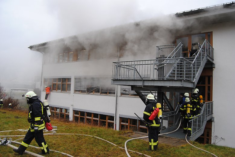 Dass darin am Montagnachmittag 14 Menschen gestorben sind, führt die Polizei vor allem auf den hochgiftigen Rauch in dem brennenden Gebäude zurück.