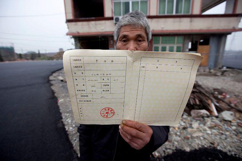 Das ist Luo Baogen. Er ist Entenzüchter. Zusammen mit seiner Ehefrau wehrt er sich gegen den Abriss seines Hauses. Die Behörden der chinesischen Stadt Wenling in der Provinz Zhejiang wollen hier eine Straße bauen.