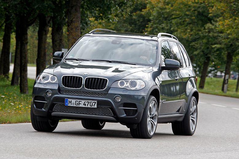 Auch der BMW X5 wird leichter. Der dicke Bayer verliert 150 Kilogramm. Als Active-Hybrid kombiniert er wahlweise einen Zweiliter-Diesel oder einen Dreiliter-Benziner mit einem E-Motor, der rein elektrisch vier Kilometer weit fahren soll.