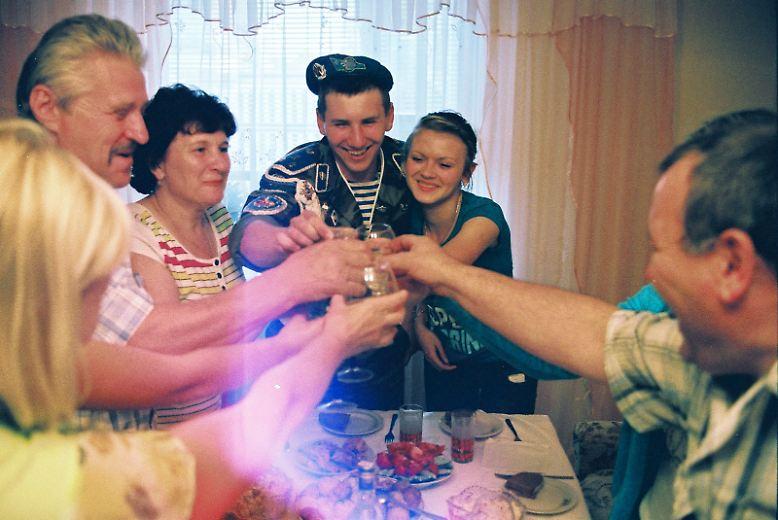 Gemeinsam mit Verwandten und Freundin wird die Entlassung aus der Armee gefeiert. (jga)