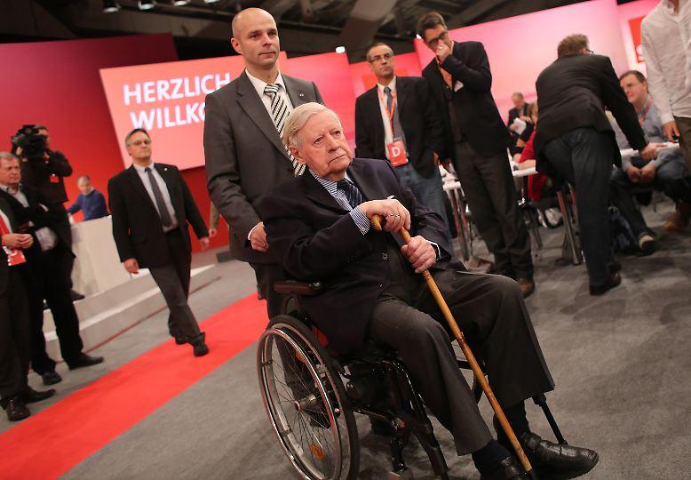 Noch nie war er für die SPD so wertvoll wie heute: Helmut Schmidt. Auf dem Parteitag am 9. Dezember 2012 wird dem großen alten Mann mit viel Respekt begegnet. Für Schmidt ist es ein guter Tag: Der von ihm unterstützte Peer Steinbrück wird neuer Kanzlerkandidat.
