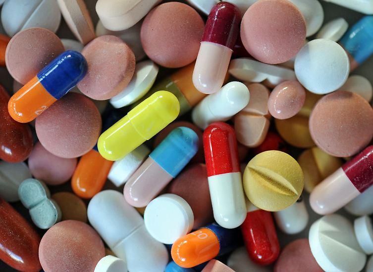 An die Heilkraft bunter Pillen glaubt nicht jeder.