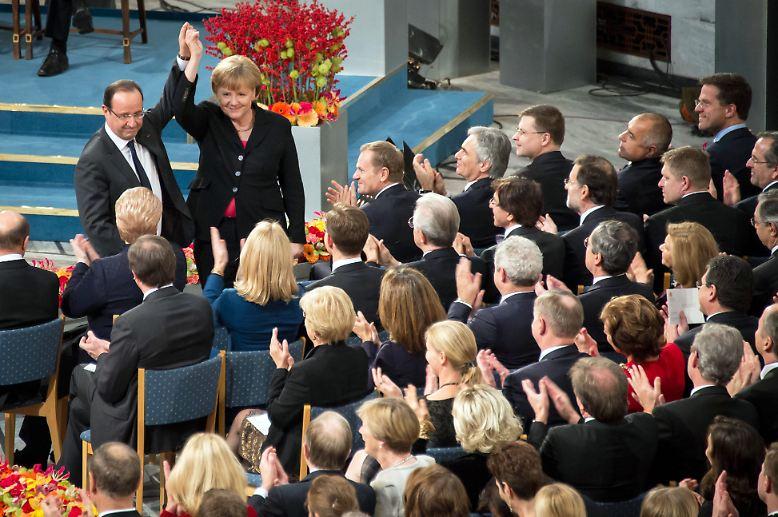 Dezember: 500 Millionen Europäer erhalten den Friedensnobelpreis. Im Zentrum stehen bei der Verleihung in Oslo zwei ehemalige Kriegsgegner: Deutschland und Frankreich. Kanzlerin Angela Merkel und Präsident François Hollande recken gemeinsam die Hände in die Höhe - erkennbar bewegt.