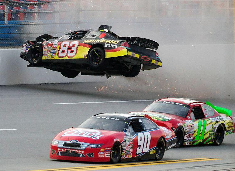 Batmobil: Mike Affarano mit der Nummer 83 hebt mit seinem Auto auf dem Superspeedway in Talladega ab.