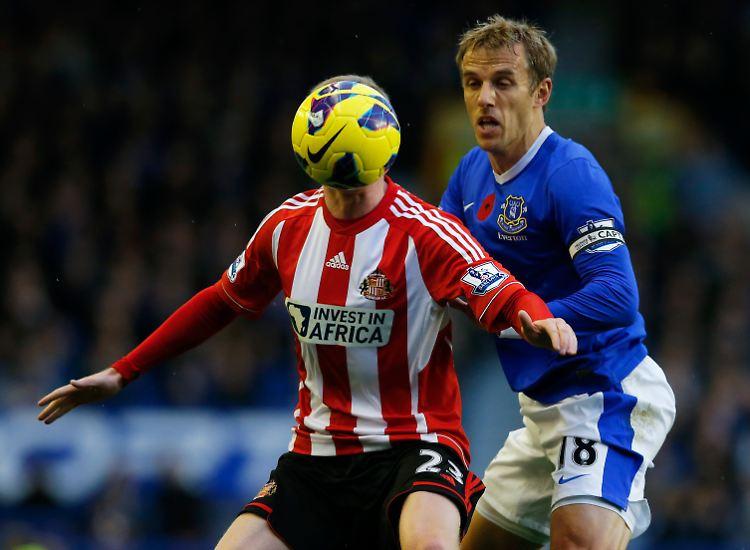 Ballkopf: Evertons Phil Neville im Zweikampf mit James McClean (hinterm Ball) vom FC Sunderland.