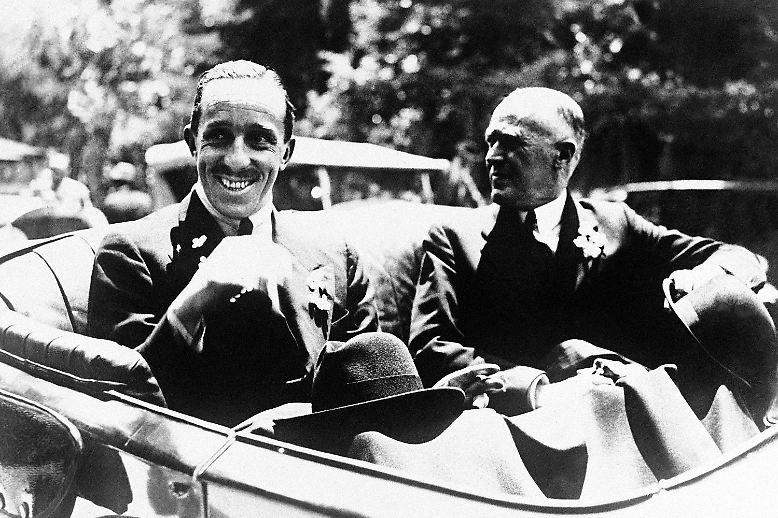 Es war überhaupt nicht klar, dass Juan Carlos einmal König von Spanien würde. Sein Großvater Alfons XIII. (links, hier mit dem Herzog von Miranda) ist ein schwacher Monarch. Der Wahlsieg der Republikaner 1931 fegt ihn vom Thron.