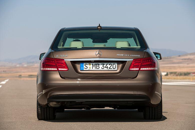 Mit gestrafftem, weniger barockem Blechkleid, neuen Assistenzsystemen und einem sparsameren Einstiegsbenziner will die Business-Baureihe gegenüber dem erstarkten Wettbewerbern BMW 5er und Audi A6 wieder Boden gut machen.
