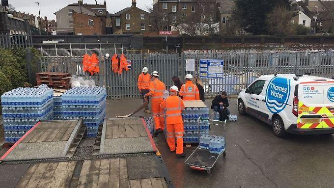 An Versorgungsstationen wird Wasser in Flaschen verteilt.