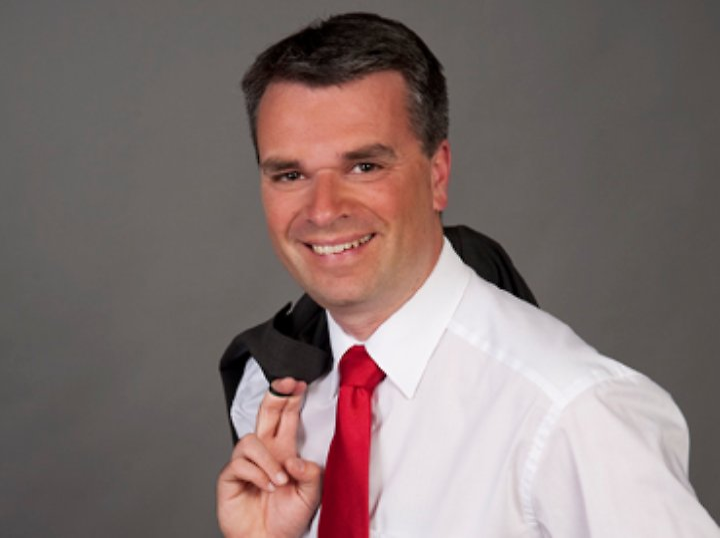 Roland Klaus arbeitet als freier Journalist und ist Gründer der Interessengemeinschaft Widerruf (www.widerruf.info). Bekannt wurde Klaus als Frankfurter Börsenreporter, unter anderem für n-tv.