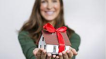 Das Haus schon zu Lebzeiten an die Kinder verschenken? Keine leichte Entscheidung. Wer rechtzeitig plant, kann aber mit einer Schenkung unter Umständen Steuern sparen.