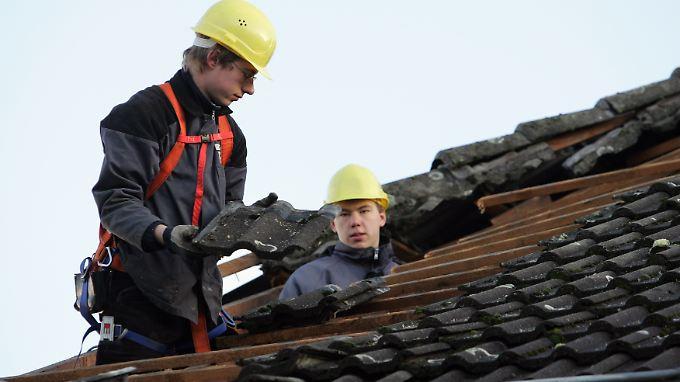 Eine komplette Dachsanierung ist bei alten Gebäuden der Dachreinigung und Beschichtung vorzuziehen, da das Dach in diesem Zug auch energetisch saniert werden kann.