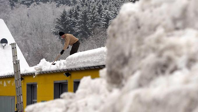 Vorsichtshalber das Dach vom Schnee befreien - denn bei möglichen Schäden muss der Eigentümer haften.