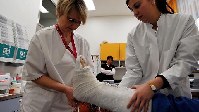 Wer auf dem Weg zur Arbeit auf vereisten Stellen stürzt und sich verletzt, ist über die gesetzliche Unfallversicherung abgesichert. (Bild: dpa)