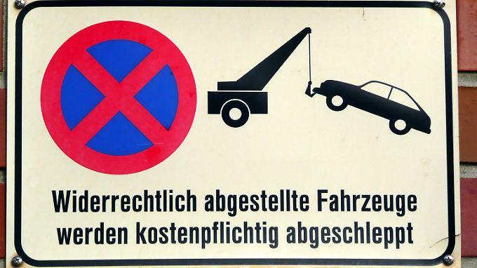 Ein Schild auf dem Privatparkplatz weist in der Regel auf das kostenpflichtige Abschleppen hin.