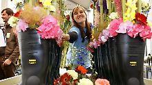 Gummistiefel als Blumenvasen: Floristen müssen sich immer wieder etwas Neues beim Gestalten von Blumenkreationen einfallen lassen.