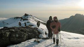 Eine Gruppe Bergsteiger auf dem Weg zum Gipfel des Kilimandscharo.