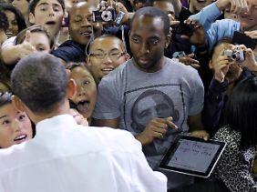 Ein AP-Fotograf hat Sylvester Cann IV kurz vor der iPad-Signatur abgelichtet.