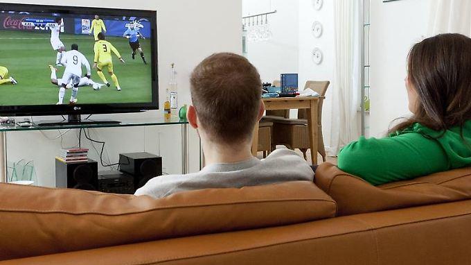 Fernsehen mit Verzögerung:Beim Digital-TV fallen Tore auf manchen Bildschirmen ein paar Sekunden früher.