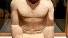 Sitzstatue aus bemaltem Sandstein um 2.000 v. Chr.